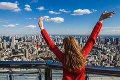 Счастливая молодая женщина с ее руками вверх Стоковые Фото