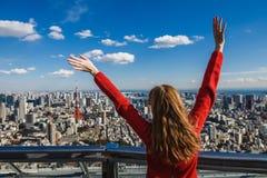 Счастливая молодая женщина с ее руками вверх Стоковая Фотография