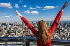 Счастливая молодая женщина с ее руками вверх Стоковые Фотографии RF