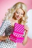 Счастливая молодая женщина с подарком Стоковое фото RF