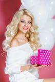 Счастливая молодая женщина с подарком Стоковая Фотография RF