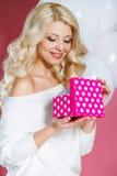 Счастливая молодая женщина с подарком Стоковые Изображения RF