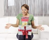Счастливая молодая женщина с подарочными коробками стоковые фото
