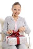 Счастливая молодая женщина с подарочными коробками стоковые изображения rf