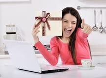 счастливая молодая женщина с подарочными коробками Стоковое фото RF