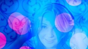 Счастливая молодая женщина слушая к предпосылке музыки Стоковое Изображение RF