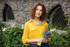 Счастливая молодая женщина с цветки Стоковое Изображение RF