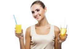 Счастливая молодая женщина с яблочным соком Стоковое Изображение RF