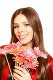 Счастливая молодая женщина с gerberas на белом конце-вверх предпосылки Стоковое Изображение