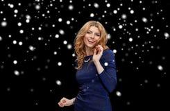 Счастливая молодая женщина танцуя над снегом Стоковое Изображение RF