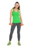 Счастливая молодая женщина фитнеса с гантелями Стоковые Фотографии RF
