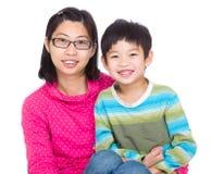 Счастливая молодая мать и ее сын стоковые изображения rf
