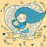 Счастливая молодая мать обнимая младенца сердце, флористическая предпосылка Стоковое Изображение RF