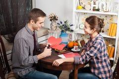 Счастливая молодая пара подготавливает на день валентинки Стоковые Фотографии RF
