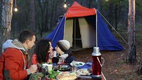 Счастливая молодая семья имея пикник в лесе осени сток-видео