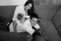 Счастливая молодая семья дома стоковое фото