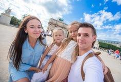 Счастливая молодая семья при карта города принимая selfie Стоковое Фото
