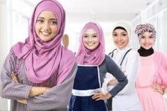 Счастливая мусульманская женщина в различном виде профессии стоковое изображение