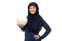 Счастливая мусульманская женщина в hijab с волейболом Стоковое фото RF