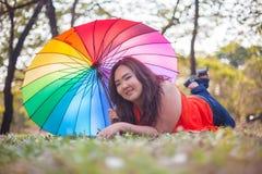 Счастливая наварная женщина с зонтиком стоковое фото rf