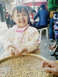 Счастливая небольшая девушка Стоковая Фотография RF