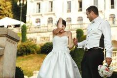 Счастливая невеста брюнет имея потеху с красивым groom Стоковые Изображения RF