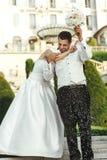 Счастливая невеста брюнет имея потеху с красивым groom Стоковая Фотография RF