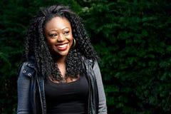 Счастливая довольно молодая чернокожая женщина внешняя Стоковые Изображения RF
