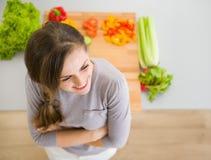 Счастливая домохозяйка стоя в кухне Стоковая Фотография RF
