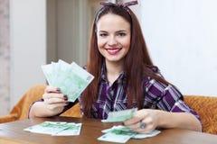 Счастливая домохозяйка с много евро Стоковые Фотографии RF