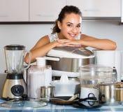 Счастливая домохозяйка с blender и multicooker Стоковая Фотография RF