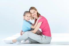Счастливая дочь и мать обнимая один другого Стоковые Изображения RF