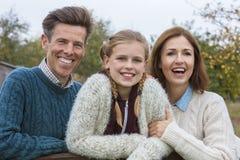 Счастливая дочь отца матери семьи снаружи Стоковые Фотографии RF