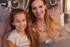 Счастливая дочь с матерью Стоковые Изображения RF