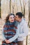 Счастливая пара в влюбленности обнимая и деля эмоции, держа вручает идти в парк Стоковая Фотография RF