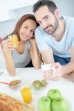 Счастливая пара ест завтрак совместно Стоковое фото RF