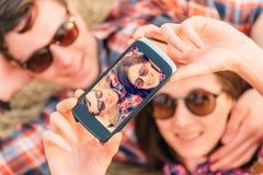Счастливая пара делает автопортрет фотографий Стоковое фото RF
