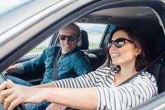 Счастливая пара идет автомобилем Стоковая Фотография