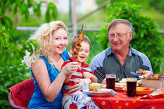 Счастливая партия дома семьи в выходные Стоковое фото RF