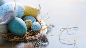 Счастливая пасха! Праздничное украшение с пасхальными яйцами Стоковое фото RF