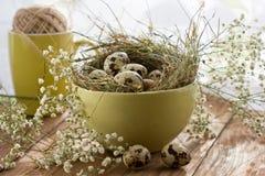 Счастливая пасха! Праздничный состав с пасхальными яйцами на деревянной предпосылке Стоковое фото RF