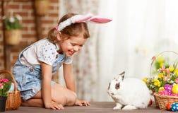 Счастливая пасха! счастливая смешная девушка ребенка играя с зайчиком Стоковые Изображения