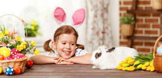 Счастливая пасха! счастливая смешная девушка ребенка играя с зайчиком Стоковые Фото