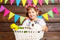 Счастливая пасха! счастливая смешная девушка ребенка с зайчиком Стоковые Изображения