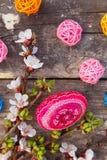 Счастливая пасха с яичками и цветками весны Стоковая Фотография RF