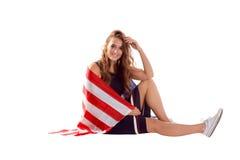 Счастливая патриотическая женщина держа флаг США Стоковое Изображение