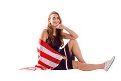 Счастливая патриотическая женщина держа флаг США Стоковые Изображения RF