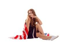 Счастливая патриотическая женщина держа флаг США Стоковое Изображение RF