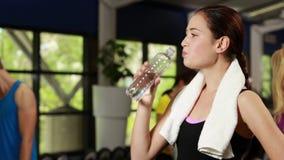 Счастливая питьевая вода брюнет сток-видео