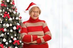 Счастливая пожилая женщина представляя с ее оружиями пересекла перед A.C. Стоковые Фотографии RF